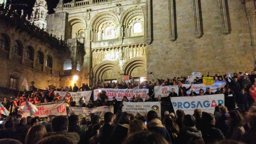 Final de la manifestación del personal sanitario, ante una de las fachadas de la Catedral compostelana