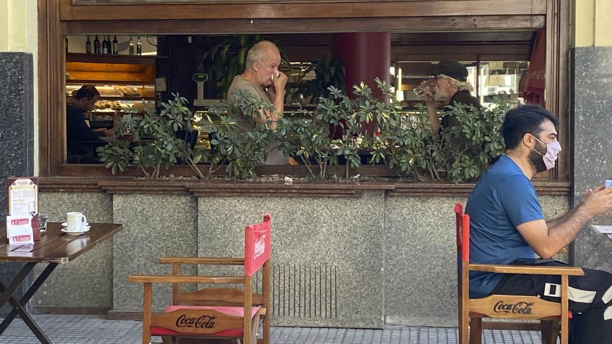 Restaurantes que incumplen la orden de no atender en su interior.