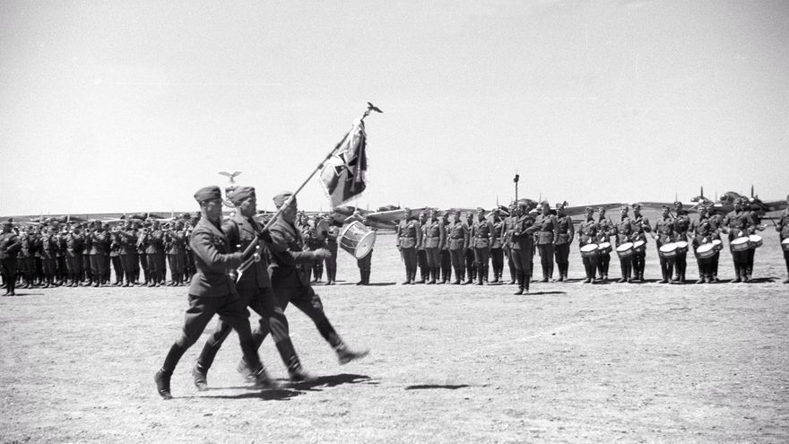LEON. 22/5/1939. El Jefe del Estado, Francisco Franco, ha condecorado a numerosos aviadores de la Legión Cóndor, en el acto de despedida de esta unidad. En la fotografía, bandera de la Legión Cóndor desfilando.