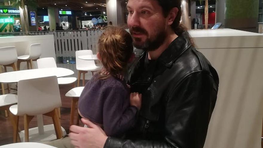 El pediatra José Ramçpn Fernández, con su hija Emma