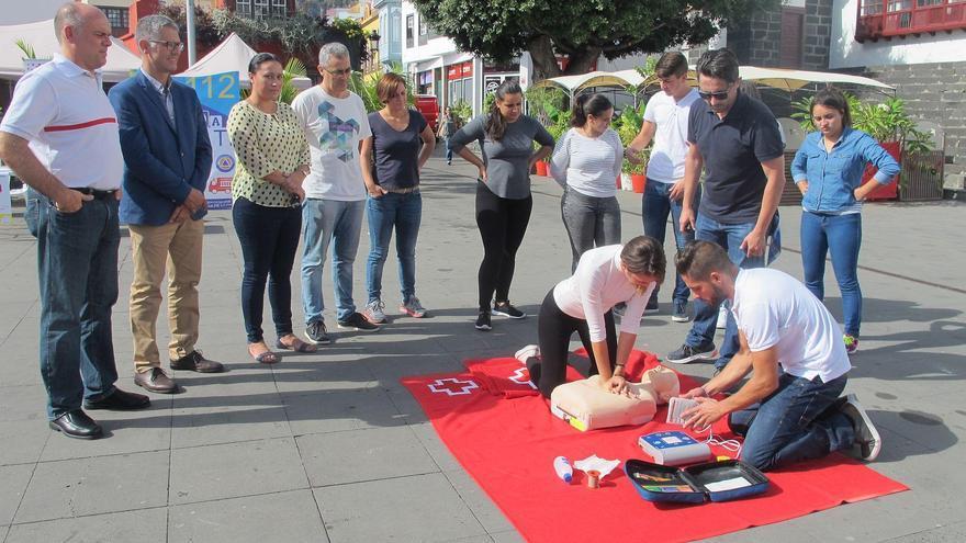 Un momento de la maratón dedicada a la reanimación cardiopulmonar (RCP) celebrada este lunes en la Plaza de Santo Domingo de la capital.
