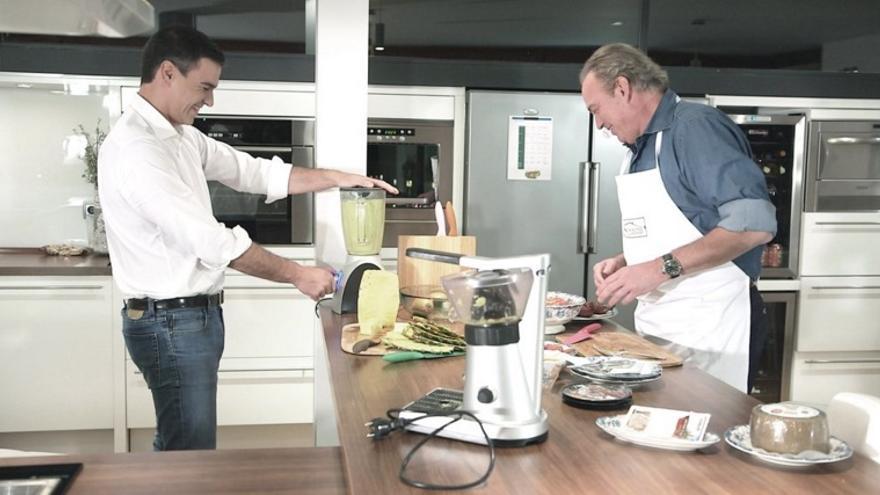 Pedro Sánchez prepara un zumo en la cocina de Bertín Osborne / Foto: En la tuya o en la mía (TVE)