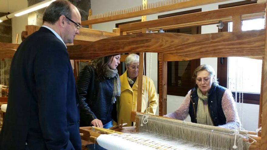 El presidente del Cabildo y la consejera insular de Cultura con una artesana.