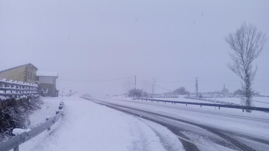 Cerrado por la nieve el Puerto de Lunada y cadenas en Palombera y Brañavieja