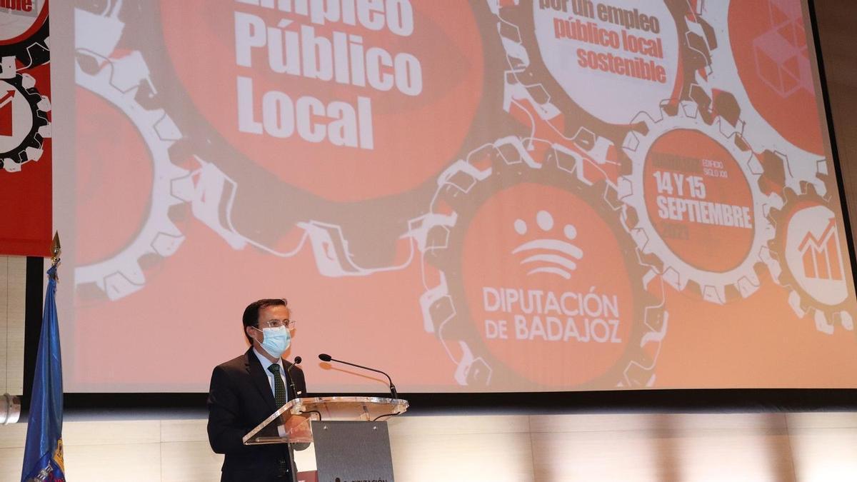 El presidente de la Diputación de Badajoz, Miguel Ángel Gallardo, ha inaugurado este martes el I Foro de Empleo Público Local