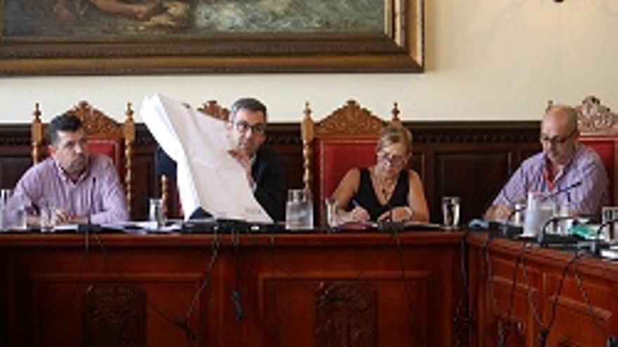Sergio Matos muestra al pleno municipal un plano de la zona donde está proyectada la estación de bombeo.