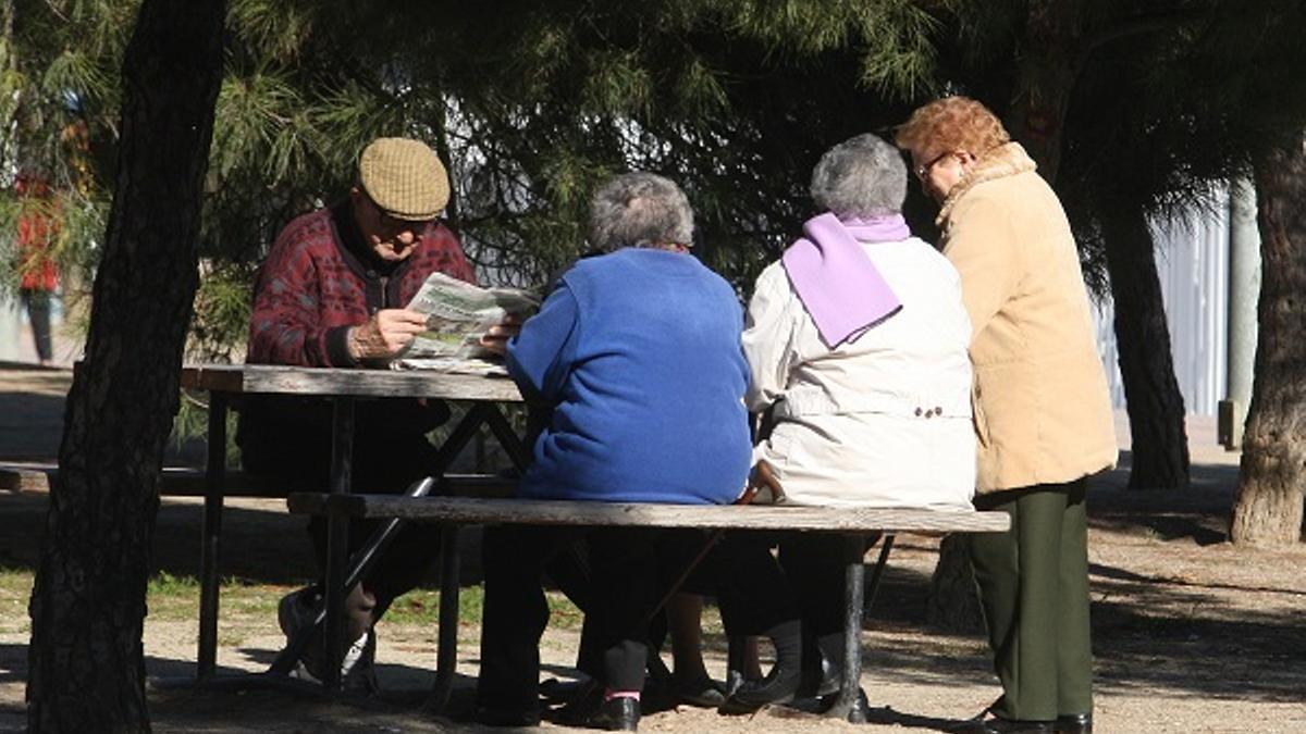 Imagen de archivo de varias personas de avanzada edad.