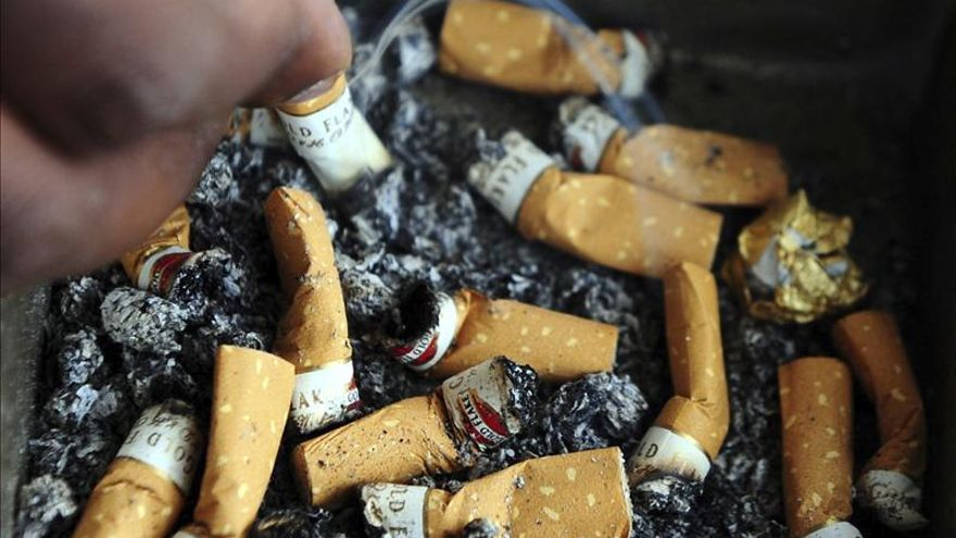 Sanitarios, partidos y sindicatos se unen contra las excepciones a la ley del tabaco