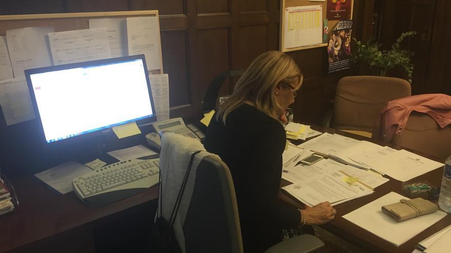 Esther Tarín en su mesa de trabajo en alcaldía