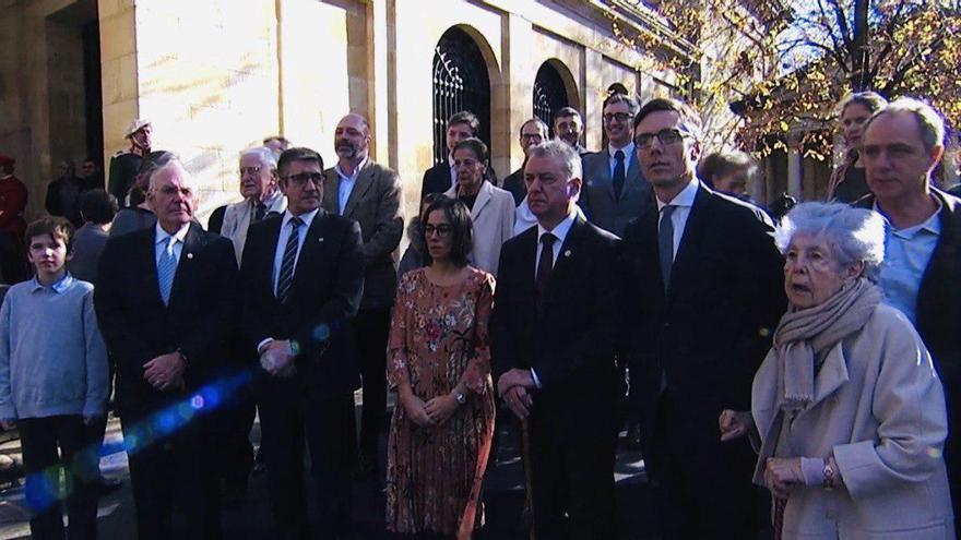 Urkullu, con los familiares de Aguirre y Leizaola y los anteriores lehendakaris