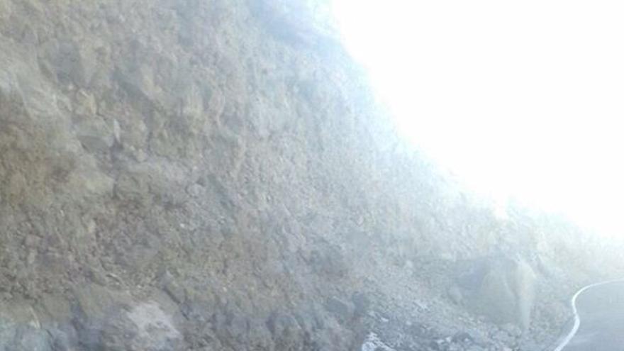 En la imagen, uno de los desprendimientos producidos este sábado en la vía de acceso a El Roque de Los Muchachos.