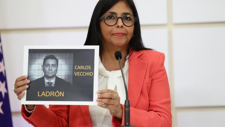 La vicepresidenta de Venezuela, Delcy Rodríguez, muestra este martes un fotografía del opositor Carlos Vecchio durante una rueda de prensa en Caracas (Venezuela). EFE/Rayner Peña