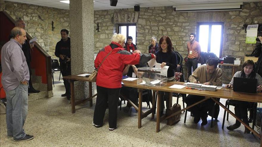 Vecinos de Igeldo votan en el referéndum de desanexion.