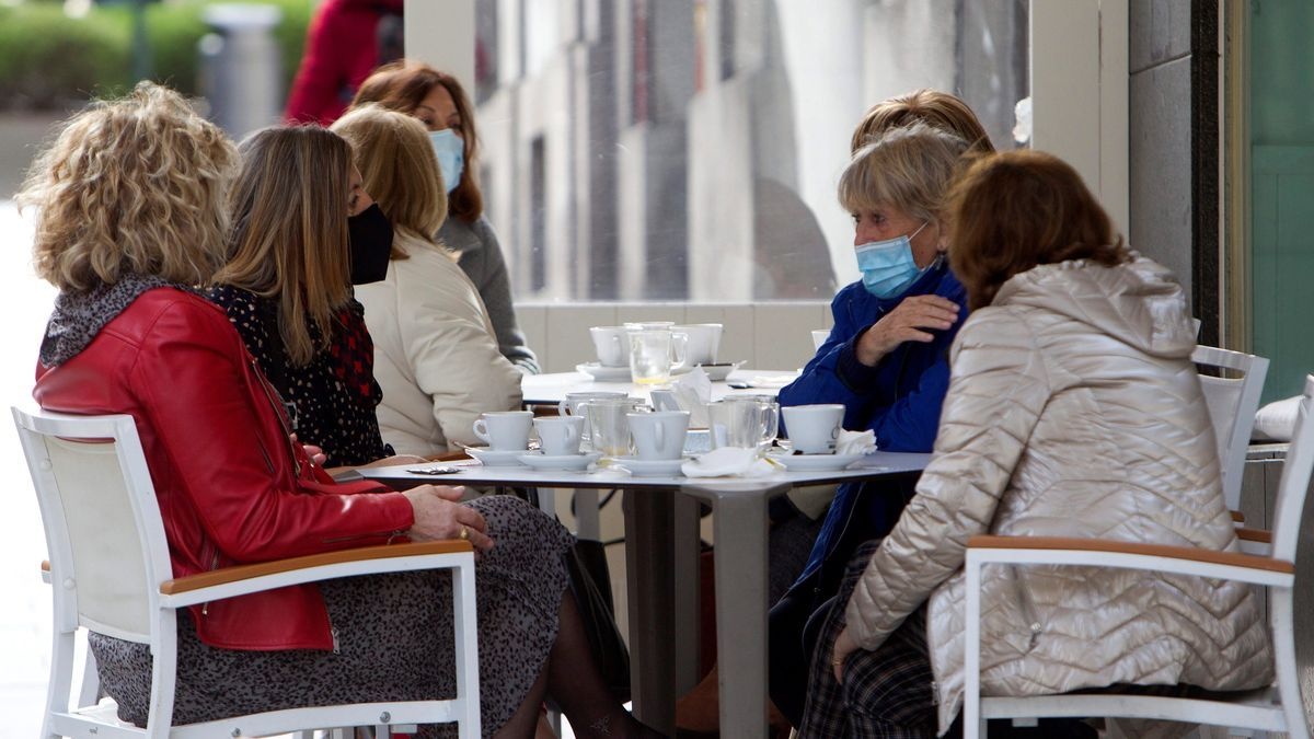Las nuevas medidas sanitarias anti covid, han permitido que hoy las hostelería pudiese abrir hasta las 18 h. en las localidades con segundo y tercer nivel en Galicia. EFE/Salvador Sas