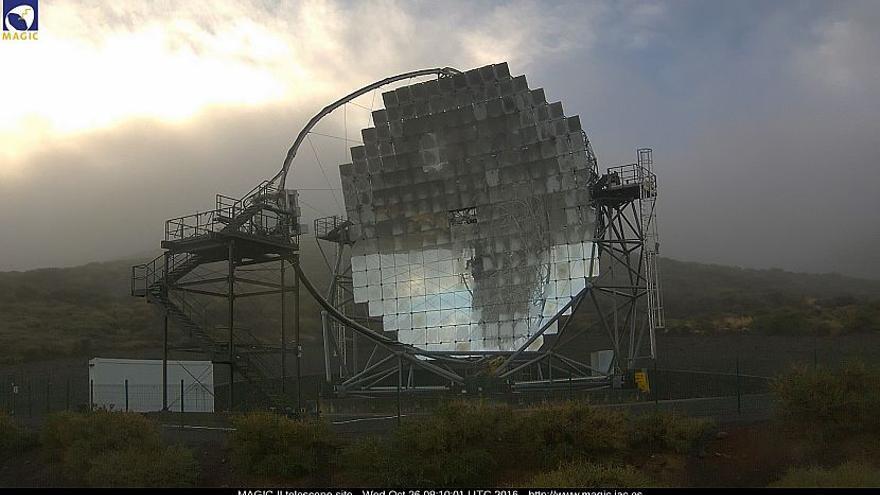 El frío se hace notar este miércoles en El Roque. En la imagen, uno de los telescopios Magic. Imagen captada de la webcam de los Magic.