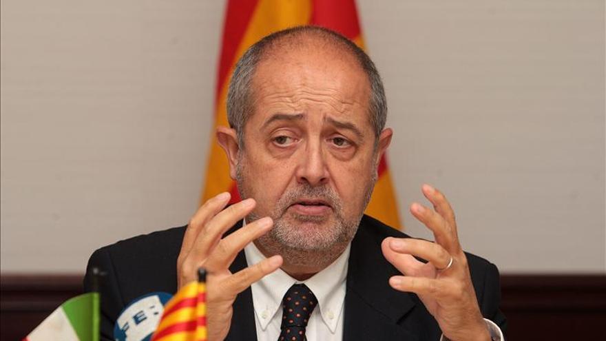 Puig pide a los comerciantes que cumplan la norma catalana, pese al recurso de Madrid