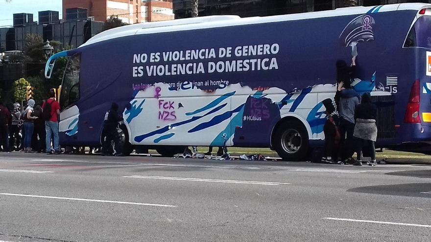 El autobús de HazteOir con los mensajes machistas arrancados