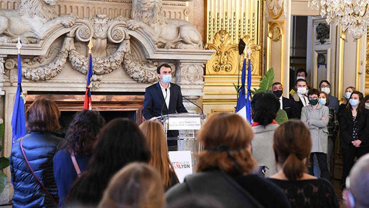 """Macron sostiene que las escuelas deben proveer """"un modelo completo de nutrición"""", eludiendo intervenir a título personal en la disputa"""