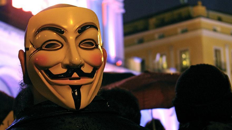 Un activista con una careta de Guy Fawkes en Madrid, en 2010