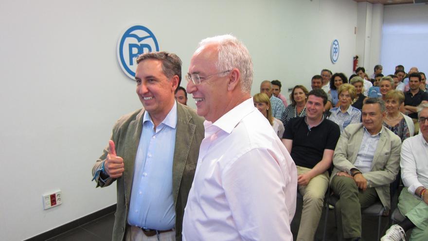 El candidato a la Presidencia del PP José Ramón García-Hernández (izquierda)