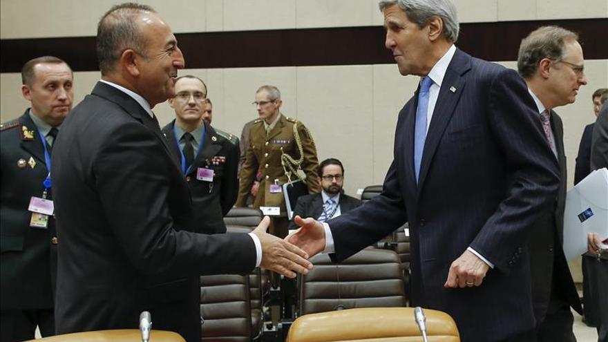 Kerry anima a su homólogo turco a seguir el acercamiento a Rusia tras el derribo del avión
