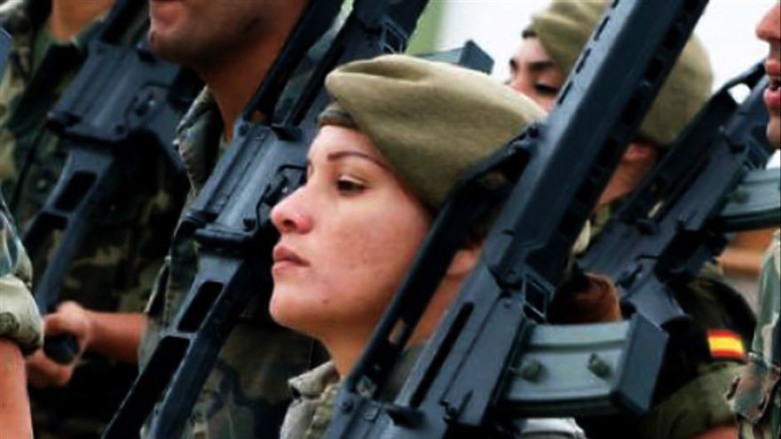 Las mujeres continúan teniendo un papel minoritario en el ejército