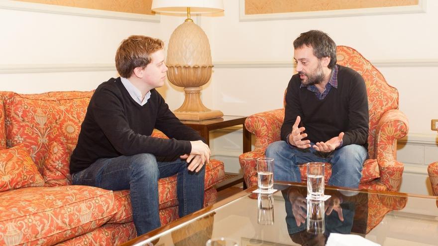 """El alcalde de A Coruña reivindica """"las nuevas formas de hacer política"""" tras un encuentro con el escritor Owen Jones"""