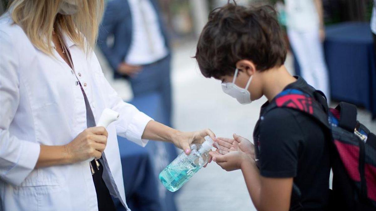 Menor aplicándose gel hidroalcohólico