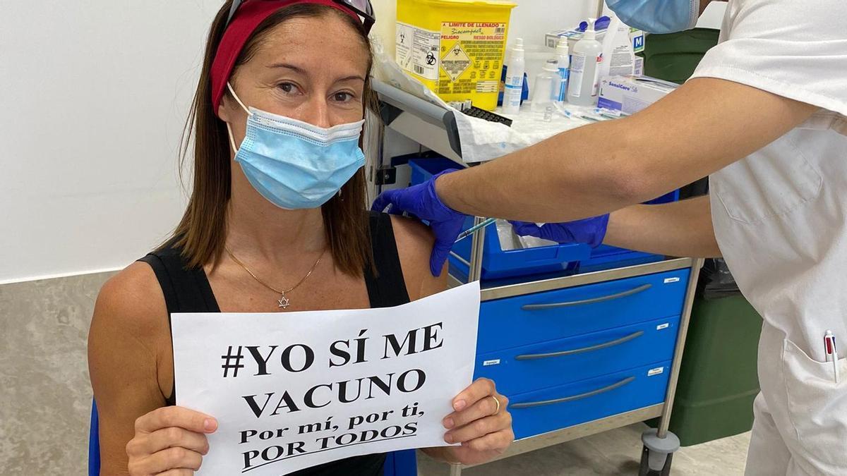 Un mujer recibe una dosis de la vacuna contra la COVID en Canarias