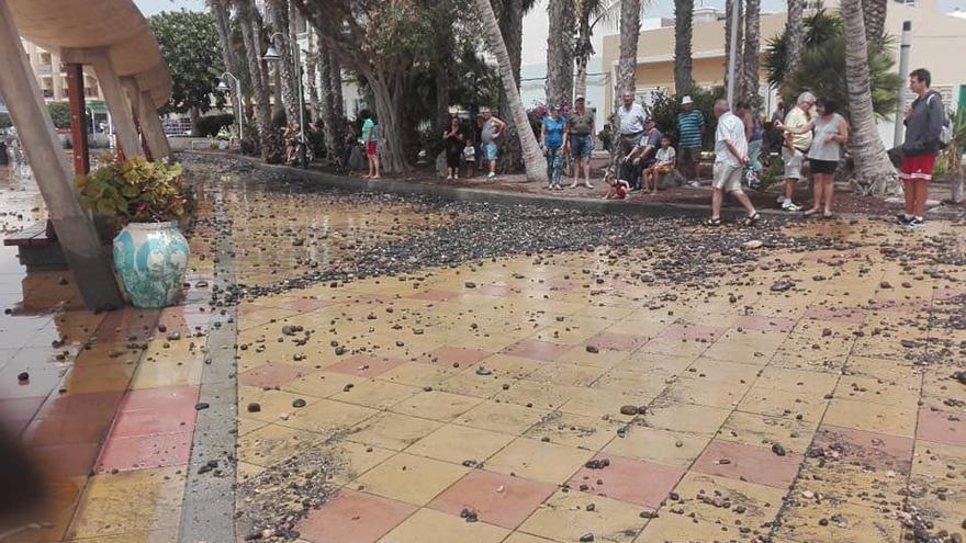 Avenida de Arinaga golpeada por las olas.