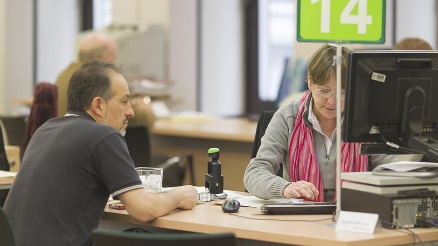 Cantabria gana 579 parados en octubre aunque el desempleo for Oficina empleo cantabria