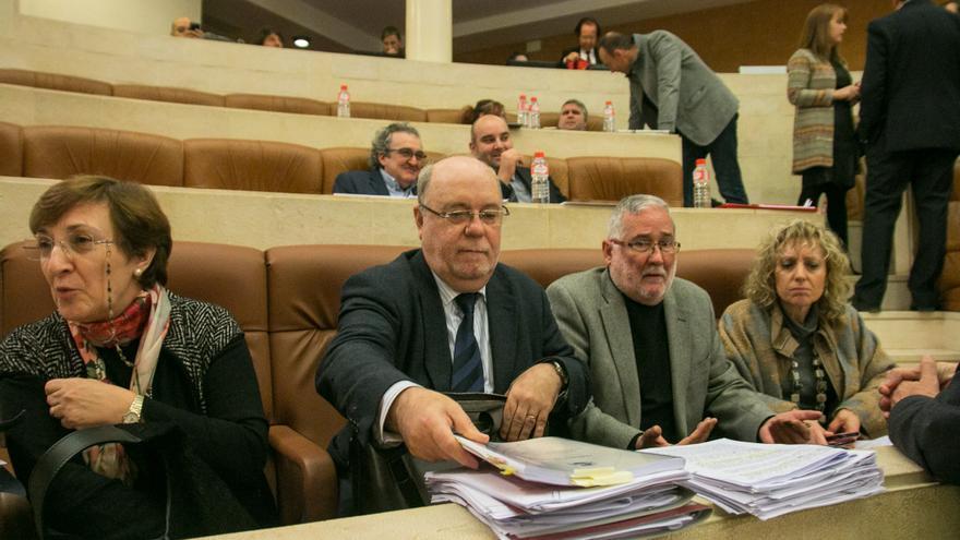 El consejero de Economía, en el centro de la imagen, durante un debate parlamentario. | ROMÁN GARCÍA