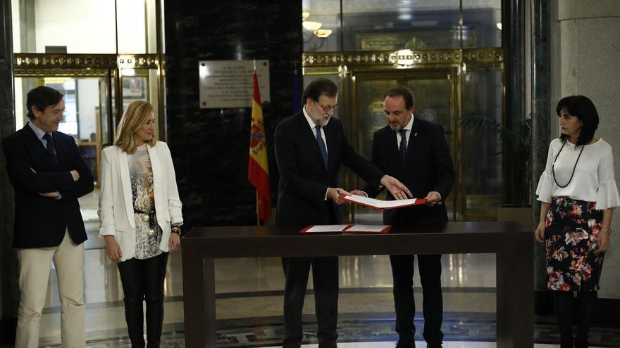 Rajoy se compromete a que se licite este año dos tramos del TAV en Navarra y la ampliación del Canal