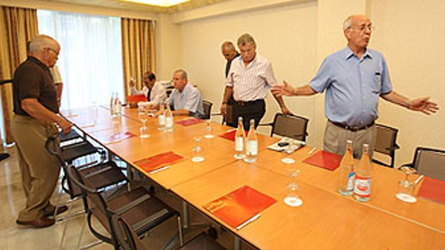 García Navarro congregó a siete avalistas en el hotel Reina Isabel. (QUIQUE CURBELO)