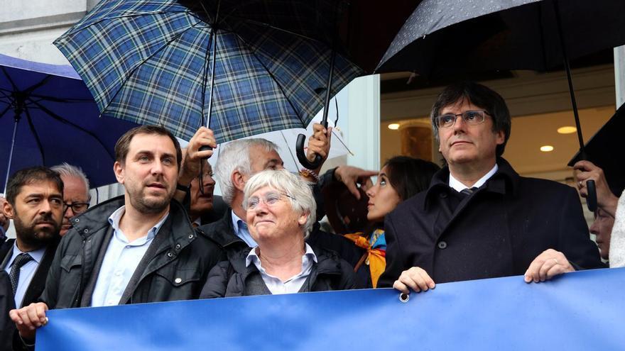 Carles Puigdemont, Toni Comín, Lluis Puig, ClaraPonsati y el senador Jami Matamala, en la concentración del 1-O en la plaza de Luxemburgo, en Bruselas.