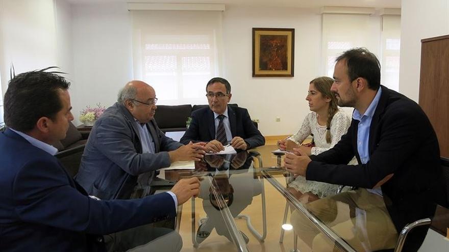 Reunión entre el alcalde de Torrelavega y el rector de la Universidad de Cantabria.