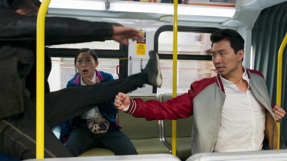 Awkwafina y Simu Liu en una escena de acción de 'Shang-Chi y la leyenda de los diez anillos'