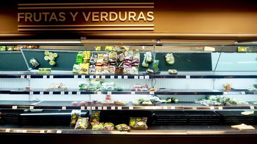 Lineal de verduras preparadas de un Hipercor a media asta