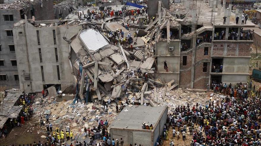 La policía arresta al dueño del edificio de Bangladesh y busca a un fugitivo español