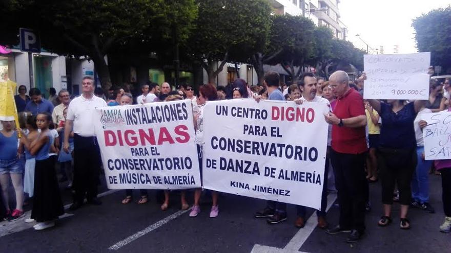 Protesta de profesorado y alumnos del conservatorio de Almería pididendo unas condiciones dignas /foto: IMas