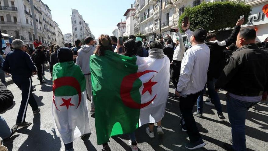 Las protestas contra la reelección de Bouteflika desbordan Argel por segundo viernes