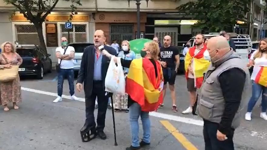 José Luis Roberto se dirige a los manifestantes contra el Gobierno en València