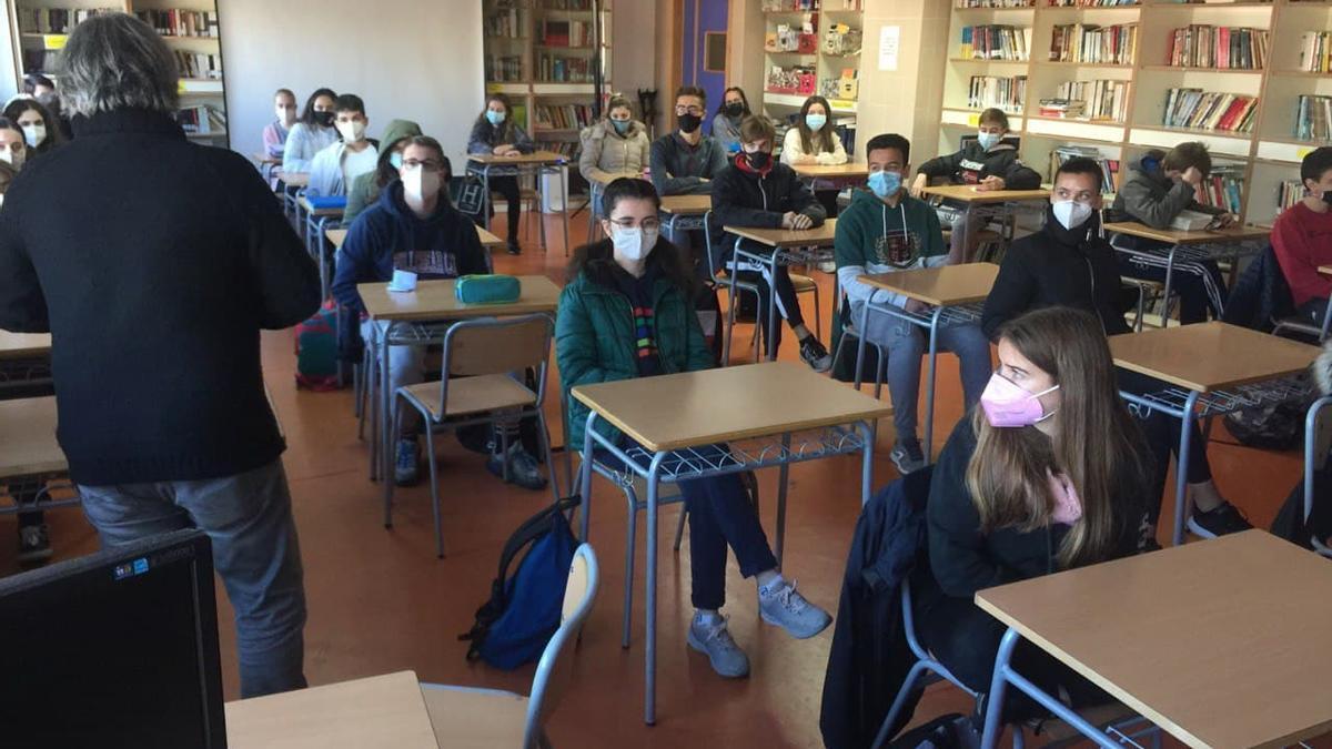 Alumnos de cuarto de la ESO del IES Rafelbunyol en clase con mascarilla.