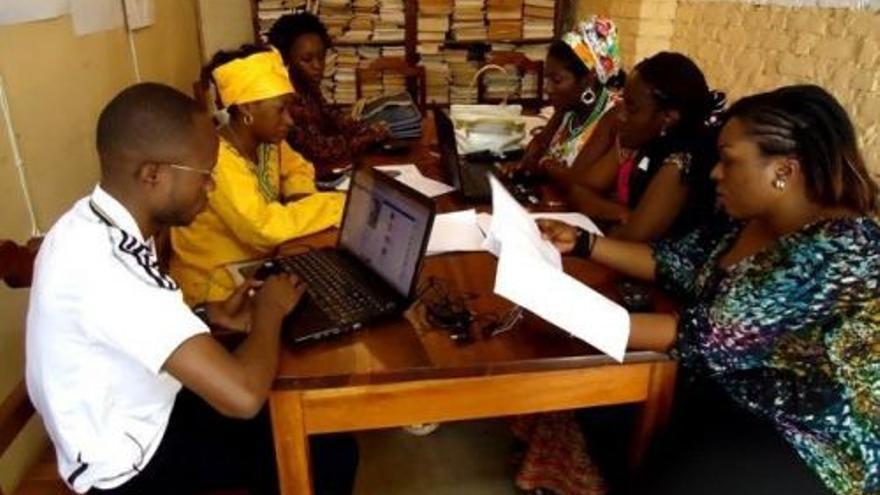 En la redacción, periodistas y juristas especializadas analizan y verifican los SMS. Imagen cedida por Femme au Fone.