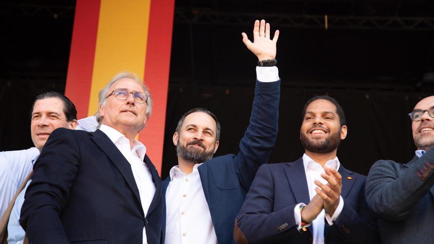 Juan José Aizcorbe (izqda), Santiago Abascal e Ignacio Garriga en el acto celebrado en Barcelona en marzo