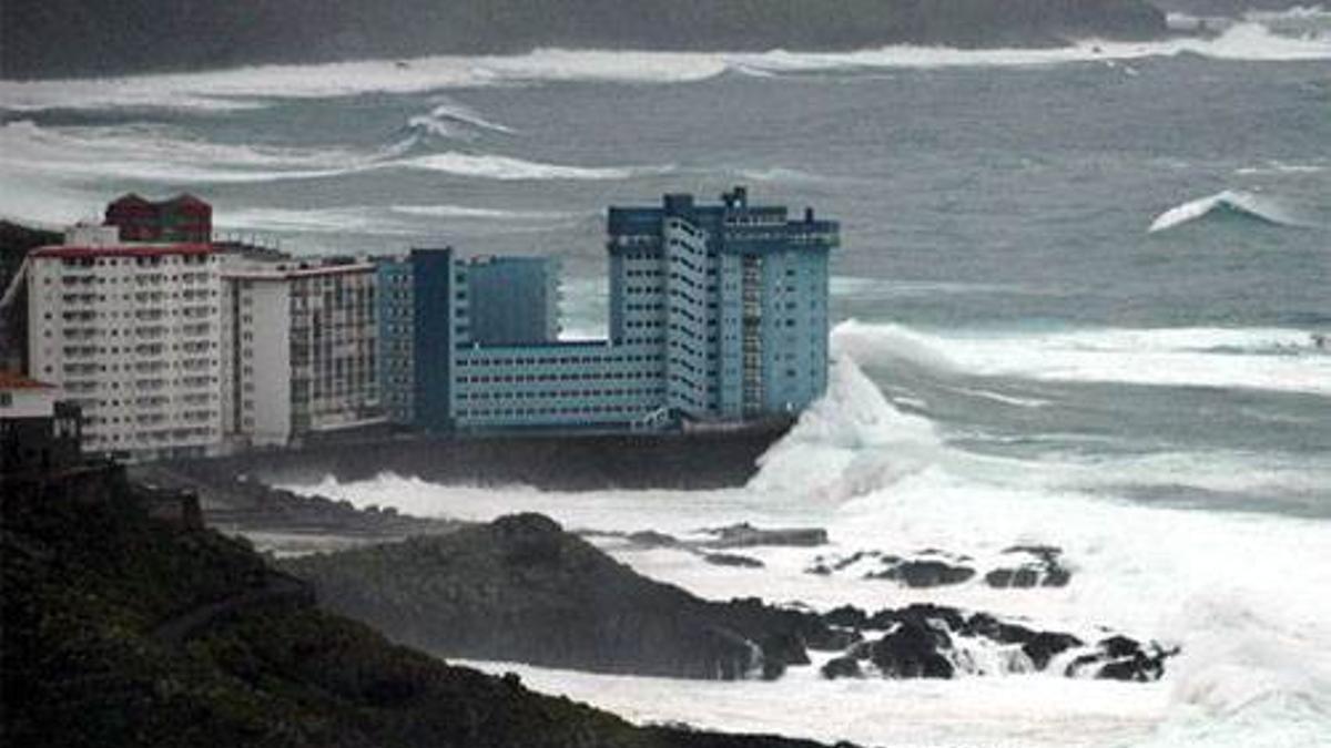 Oleaje en el norte de Tenerife afectando a las construcciones más cercanas