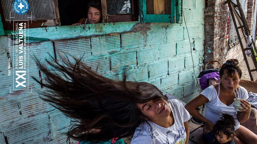 Maira Giménez (19) frente a la casa de su tía con sus primos. Cuando tenía 5 años, su padrastro comenzó a maltratarla y golpear a los hermanos. Después de la muerte de su madre, su hermano comenzó a consumir Paco. Fue asesinado por un oficial de policía. En 2016 Maira perdió su hogar debido a un incendio. Foto: Karl Mancini. NI UNA MENOS. Segundo finalista.