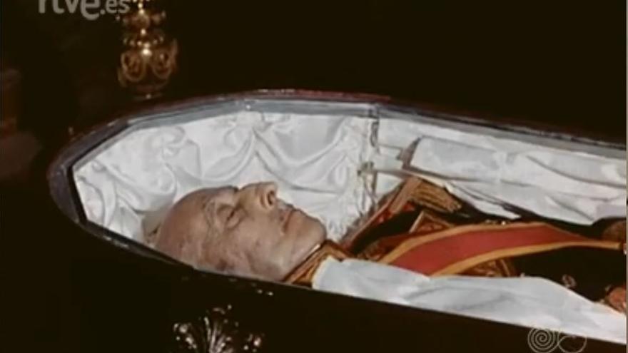 El cadáver de Franco, durante la capilla ardiente en el Palacio del Pardo.