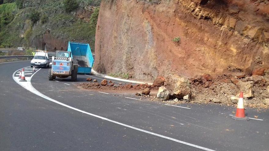El la imagen, derrumbe registrado este martes en la carretera del norte, en la zona de Los Camachos, en el municipio de Barlovento.