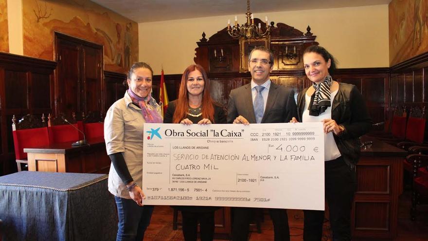 En la imagen, acto de entrega de los 4.000 euros donados al Ayuntamiento.